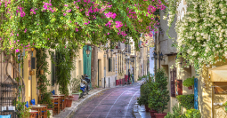 Traditional-houses-in-Plaka-area-under-Acropolis-,Athens,Greece-